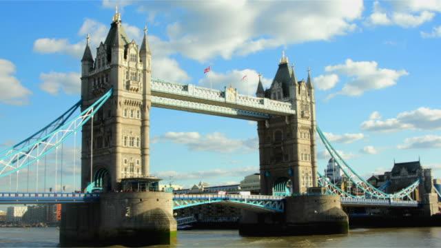 tower bridge giorno time lapse - inghilterra sud orientale video stock e b–roll