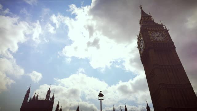 tower bridge a londra, inghilterra - london bridge inghilterra video stock e b–roll