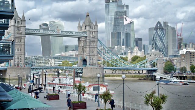 Turmbrücke. London Business District. Fußgängerbucht. – Video