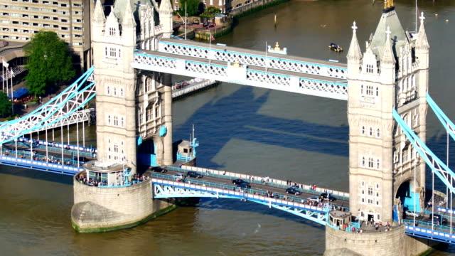 tower bridge, london, england in summer - inghilterra sud orientale video stock e b–roll