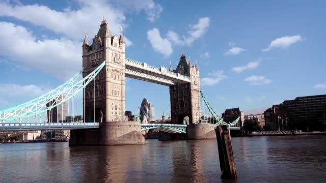 tower bridge london hyperlapse - london bridge inghilterra video stock e b–roll