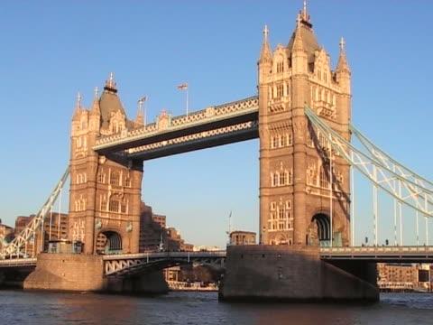 tower bridge, londra - inghilterra sud orientale video stock e b–roll