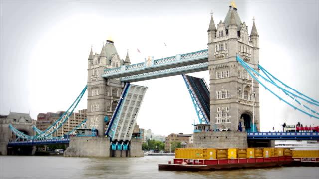vidéos et rushes de tower bridge, londres, d'ouverture et de fermeture - abaisser