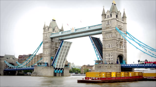 Tower Bridge opening and closing, London video