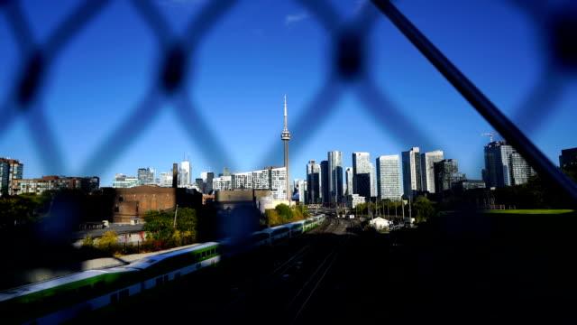 Video CN Tower next to the railroad tracks (Toronto)