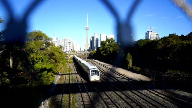 cn tower next to the railroad tracks (toronto) - parapetto barriera video stock e b–roll