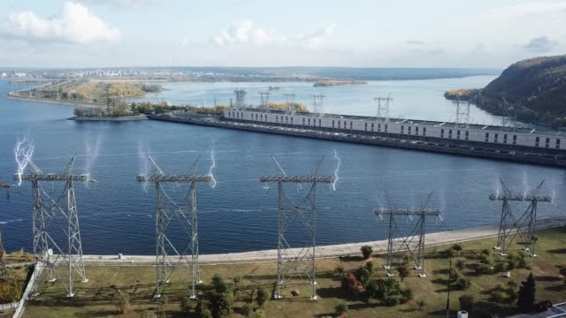 vídeos y material grabado en eventos de stock de torre de líneas eléctricas con descarga eléctrica como relámpagos - descarga eléctrica