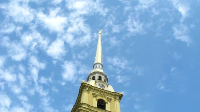 torre della fortezza di pietro e paolo contro il cielo. - peter the apostle video stock e b–roll