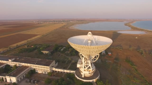 antenne: turm mit radar-kommunikationssystem - satellitenschüssel stock-videos und b-roll-filmmaterial
