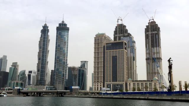 torn och byggarbetsplatser på vattnet i dubai - flod vatten brygga bildbanksvideor och videomaterial från bakom kulisserna