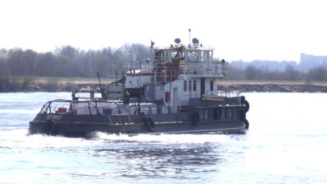 rimorchio nave nave a vela sul fiume, industria - rimorchiatore video stock e b–roll