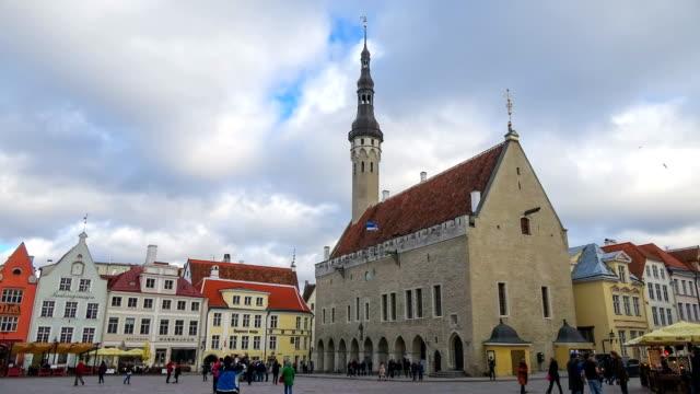 belediye meydanı, tallinn, estonya - estonya stok videoları ve detay görüntü çekimi