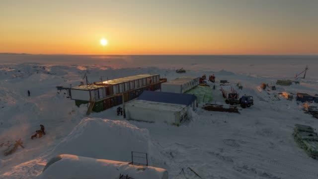 town of builders in the arctic. - дистанционный стоковые видео и кадры b-roll