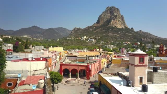 vídeos y material grabado en eventos de stock de ciudad de la peña de bernal en querétaro - viaje a sudamérica