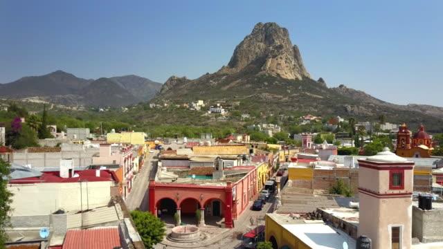 town of peña de bernal in queretaro - латинская америка стоковые видео и кадры b-roll