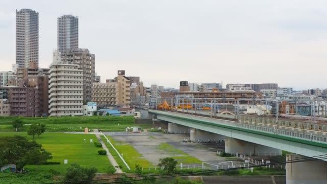 多摩川の街並み、東急電鉄の電車し、武蔵小杉の塔 - 列車点の映像素材/bロール