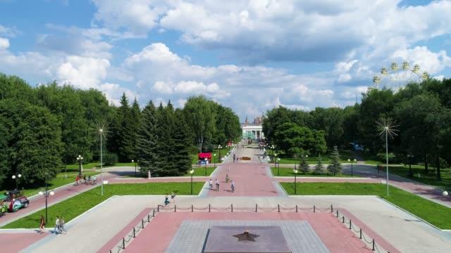 piazza della città nel parco in estate giornata nuvolosa - riprese drone - giardino pubblico giardino video stock e b–roll