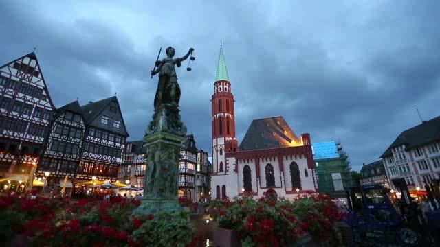 town square romerberg in frankfurt germany. - francoforte sul meno video stock e b–roll
