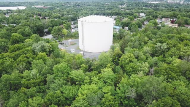 vídeos de stock e filmes b-roll de town water supply - cisterna água parada