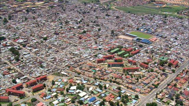 vídeos de stock e filmes b-roll de township - aerial view - gauteng,  city of johannesburg metropolitan municipality,  city of johannesburg,  south africa - sul