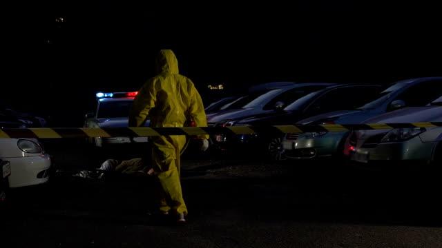 токсичные отравления преступления, судебно-медицинский эксперт в защитном костюме ходить к жертве - expert стоковые видео и кадры b-roll