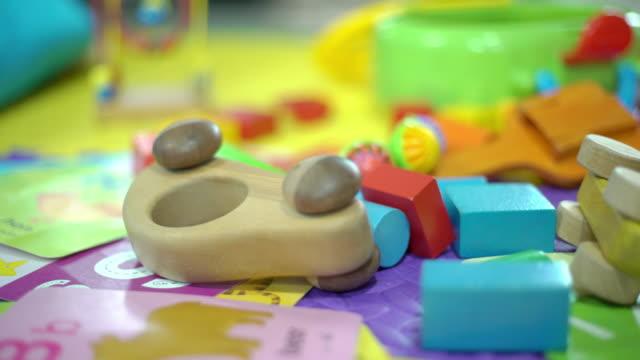 blocco giocattolo sul tappetino a casa - giocattolo video stock e b–roll