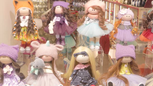 vídeos de stock, filmes e b-roll de brinquedo boneca loja de souvenirs mercado de souvenir lugar feito à mão - feito em casa
