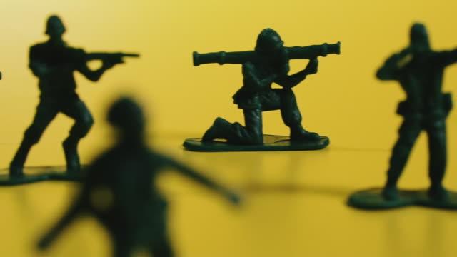 vidéos et rushes de des soldats jouets. soldats verts de jouet avec des fusils. - armement