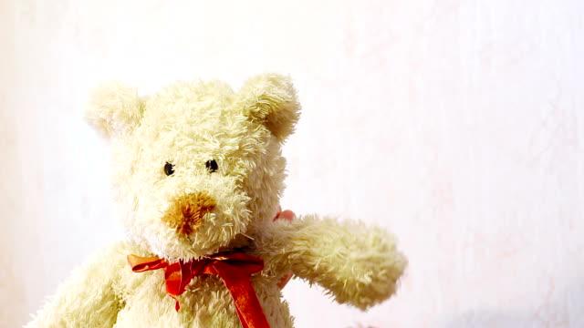 vídeos de stock e filmes b-roll de brinquedos urso de peluche a acenar a pata com garras - teddy bear