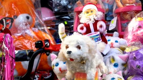 vídeos de stock e filmes b-roll de toys on stand - brinquedo
