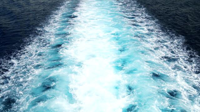 大型クルーズ船の背後にあるトレースします。 ビデオ