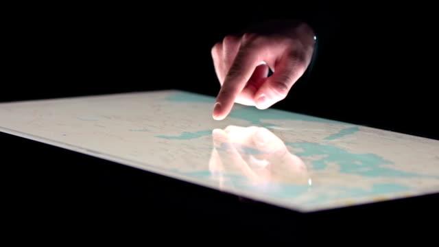 vídeos de stock, filmes e b-roll de rastreamento e a espionagem - cartografia