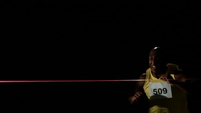 Atleta de cruzar finish line, slow motion - vídeo