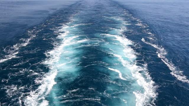 stockvideo's en b-roll-footage met track van het vrachtschip op het wateroppervlak van de zee. - zeemacht