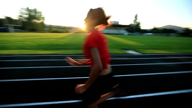 track running sequence - endast en tonårsflicka bildbanksvideor och videomaterial från bakom kulisserna