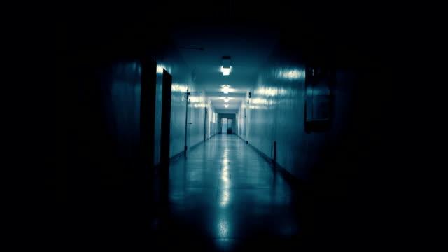 vídeos de stock, filmes e b-roll de rastreando dentro de um longo corredor sombrio escuro. - horror