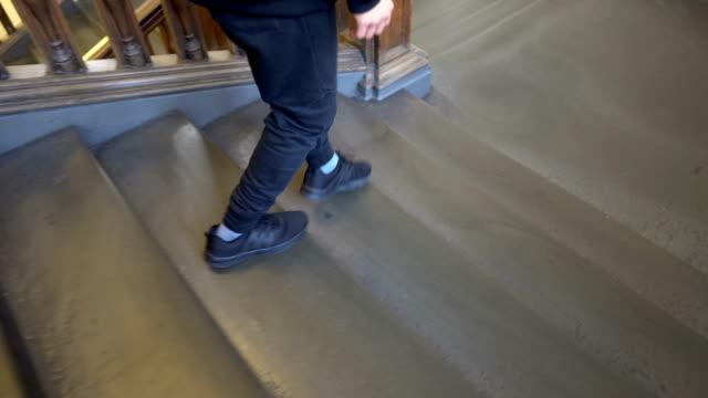 spårning skor av man går ner trappa i gamla byggnaden - trappa bildbanksvideor och videomaterial från bakom kulisserna