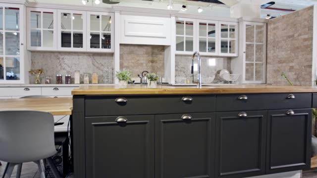 gri ve beyaz klasik tasarım ile büyük bir lüks mutfak çekim izleme - mutfak stok videoları ve detay görüntü çekimi