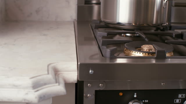 stockvideo's en b-roll-footage met tracking shot van een luxe keuken - marmer