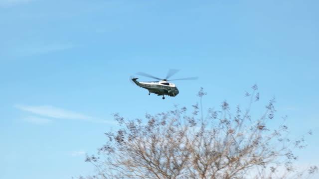 vídeos de stock e filmes b-roll de tracking shot of a marine corp helicopter near the pentagon, washington - fuzileiro naval