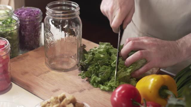 신선한 상 추 샐러드도 마 요리사의 추적 샷 - 식초 스톡 비디오 및 b-롤 화면
