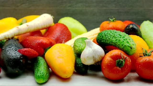 新鮮な有機野菜のトラッキング ショット ビデオ