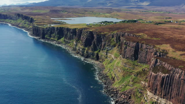 aerial: tracking shot of kilt rock from the sea, isle of skye - highlands scozzesi video stock e b–roll