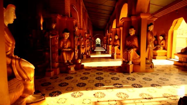 съёмка движущимся фотоаппаратом в храм отделение в mandalay, myanmar. - burma home do стоковые видео и кадры b-roll