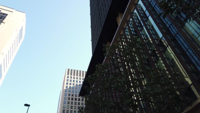 トラッキング ショットをパンします。東京都市景観室背景 - ローアングル点の映像素材/bロール