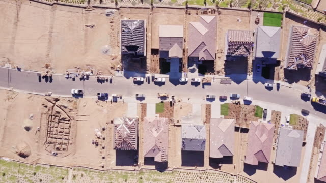 tract homes being built - aerial view - città diffusa video stock e b–roll