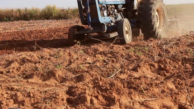 traktör alan yetiştirilmesi topraklarda. - start stok videoları ve detay görüntü çekimi