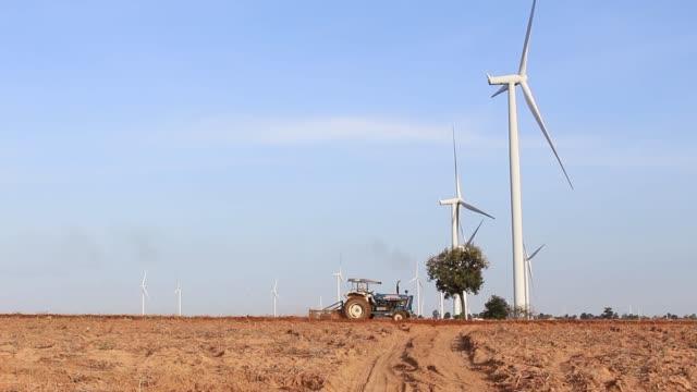 traktör yetiştirilmesi arazi. - start stok videoları ve detay görüntü çekimi
