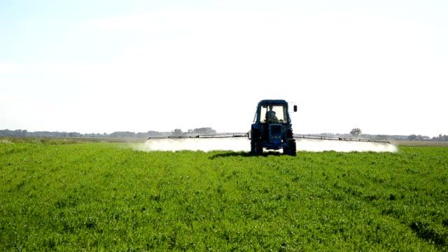 vidéos et rushes de tracteur de l'engrais field - herbicide