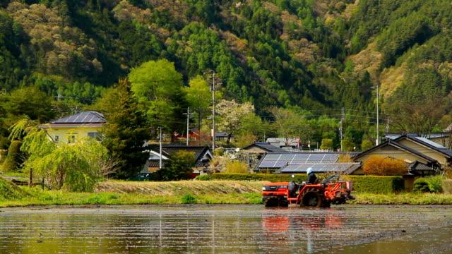 tractor in a rice field. - 非都市風光 個影片檔及 b 捲影像